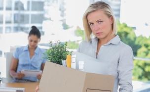 אישה מפוטרת עם ארגז (צילום: אימג'בנק / Thinkstock)
