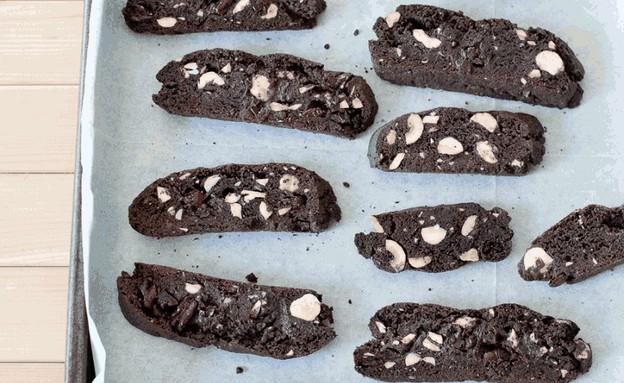 ביסקוטי שוקולד ללא גלוטן עם אגוזי לוז וחמוציות (צילום: עודד מרום ,לא חייבים גלוטן, הוצאת פן וידיעות ספרים)