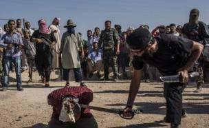 עריפת ראש לחיילי אסד (צילום: Agence LeJournal/SIPA)