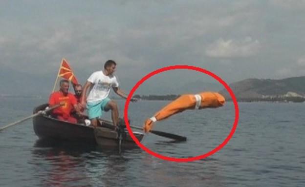 האיש האמפיביי שובר שיא גינס (צילום: odditycentral)