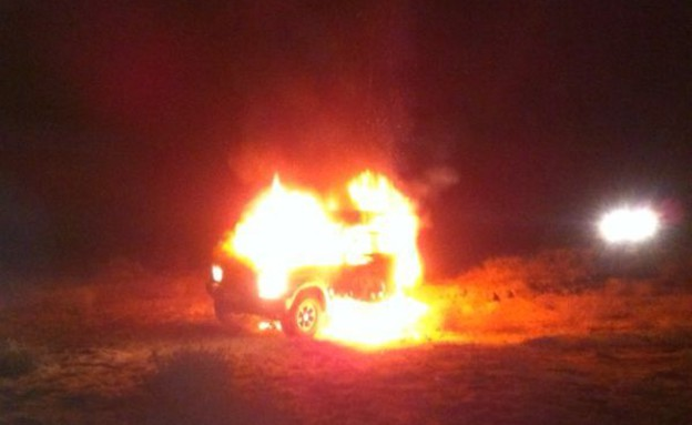 הרכב שהוצת על ידי המבריחים (צילום: משטרת ישראל מחוז דרום)
