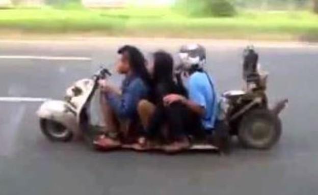 ילדים על קטנוע