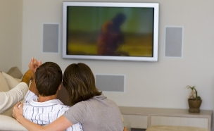 צופים בטלוויזיה (צילום: jupiter images ,jupiter images)