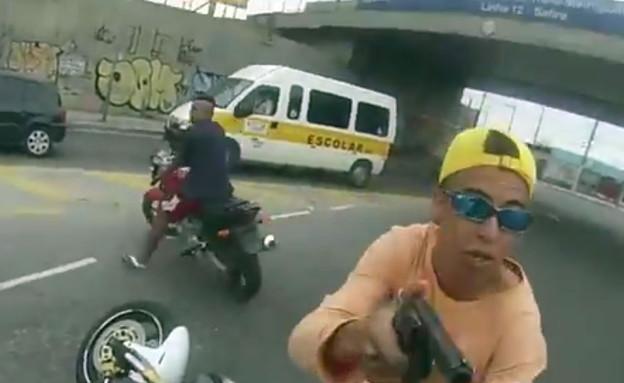 חטיפת אופנוע בצהרי היום (צילום: יוטיוב )