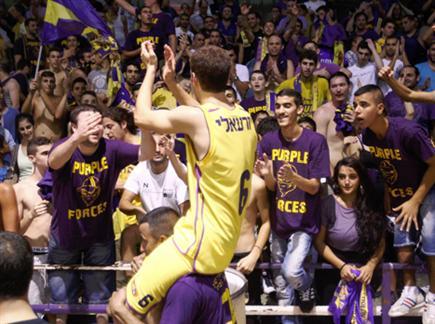 מתעסקים בכדורסל. יזרעאלי והקהל (אלן שיבר)
