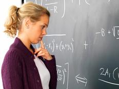 בחורה מנסה לפתור תרגיל במתמטיקה