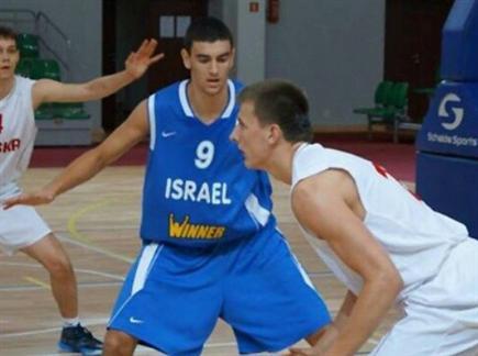 יונתן מור במדי הנבחרת (מתוך דף הפייסבוק של איגוד הכדורסל בפולין)