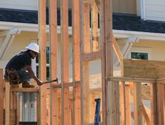 עובד משפץ בניין