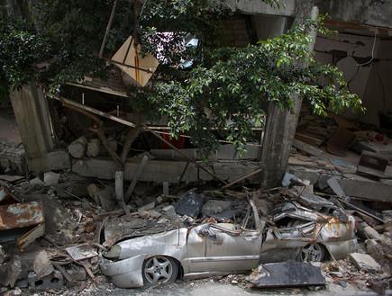 בניין אחרי רעידת אדמה שמחץ רכב חונה