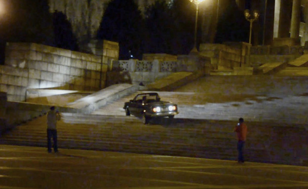מכונית במדרגות (צילום: יוטיוב )