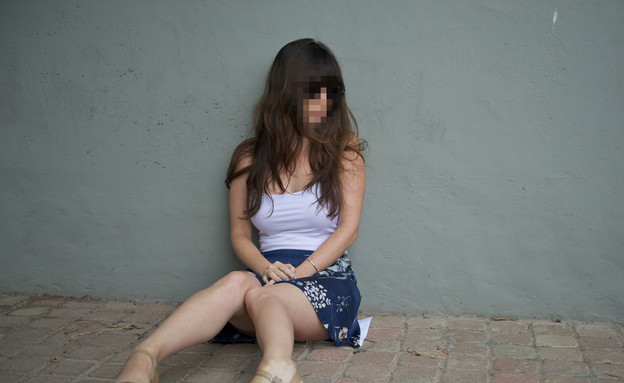 נערה בדיכאון יושבת על הרצפה (צילום: רועי ברקוביץ')