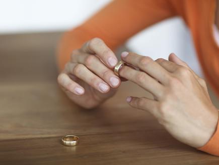 אישה מסירה טבעת נישואים
