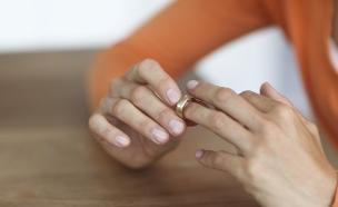 אישה מסירה טבעת נישואים (צילום: אימג'בנק / Thinkstock)