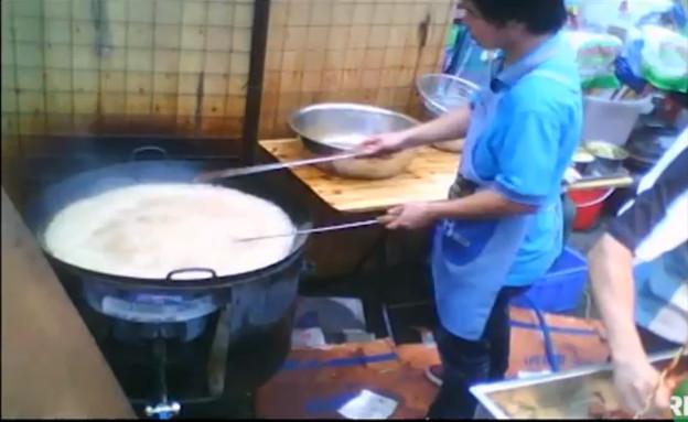 שמן ביוב במסעדה סינית. מתוך הסרט (וידאו WMV: יוטיוב  ,יוטיוב)