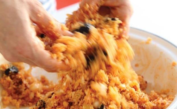 סלט קוסקוס תוניסאי עם טונה, לימון כבוש, הריסה וזית (צילום: דניה ויינר ,בואו לאכול: ארוחות מהירות ב-10-20-30 דקות, ידיעות ספרים)