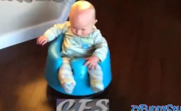 תינוק על שואב אבק (צילום: יוטיוב )