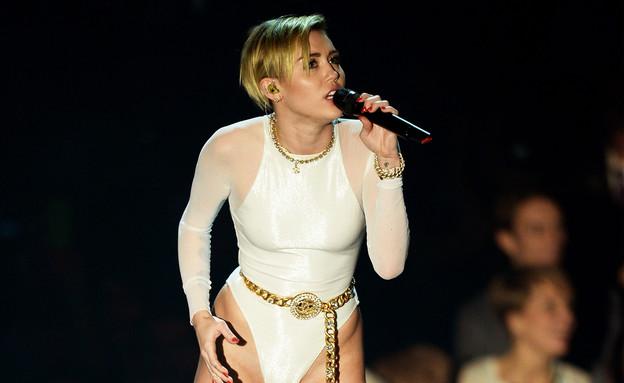 מיילי סיירוס בבגד גוף צמוד (צילום: getty images)