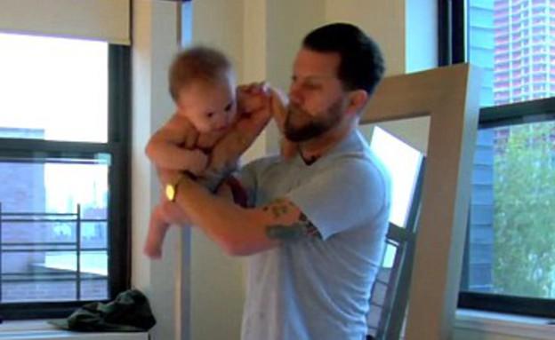 האב המתאבק בבנו התינוק (צילום: יוטיוב  ,יוטיוב)