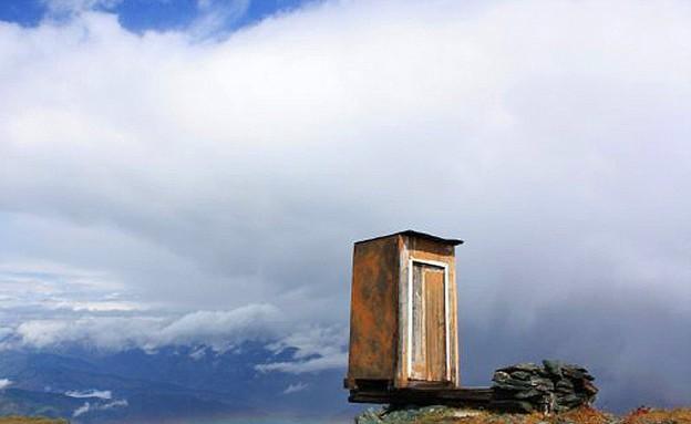 שירותים מעל תהום (צילום: Siberian Times )