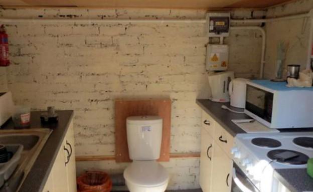שירותים במטבח (צילום: dailymail.co.uk)