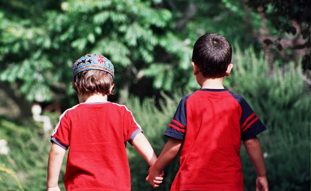 ילד דתי וילד חילוני מחזיקים ידיים (צילום: צביקה נבו ,יחסי ציבור)