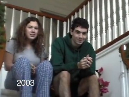 ילדים יורדים במדרגות בחג המולד (תמונת AVI: You Tube ,YouTube)