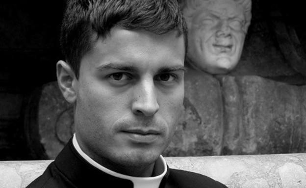 כומר לוהט (צילום: Piero Pazzi)