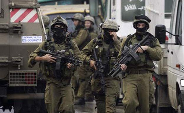מעצר מבוקשים בשטחים, ארכיון (צילום: AP)