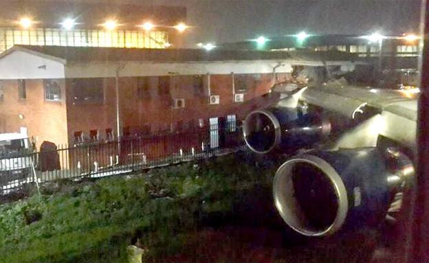 מטוס חודר לבניין ביוהנסבורג (צילום: sky news)