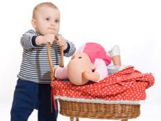 ילד משחק בבובה - משחקי ילדים