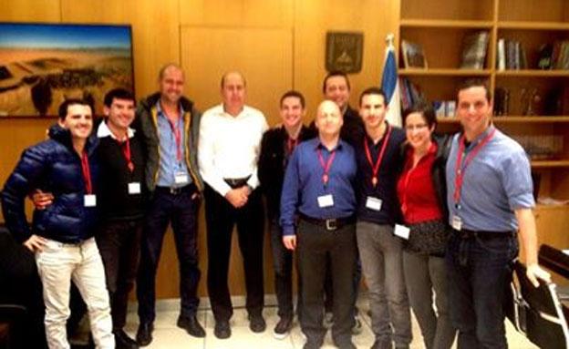 השר יעלון במפגש עם חברי התא הגאה (צילום: מתוך פייסבוק)