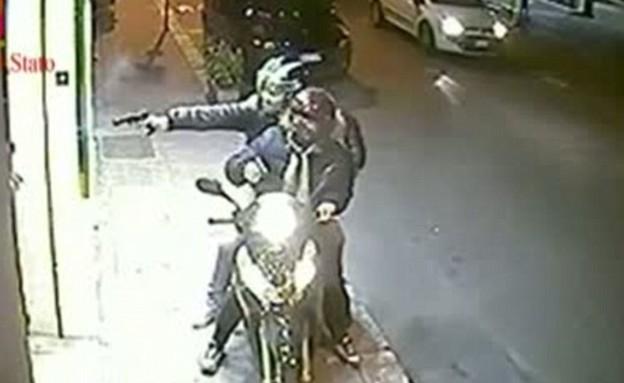 ניסיון התנקשות לעיני המצלמות (צילום: צילום מסך מתוך youtube)
