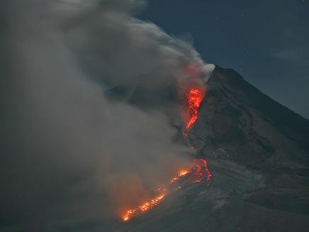 צפו: התפרצות הר געש באינדונזיה (צילום: ap)