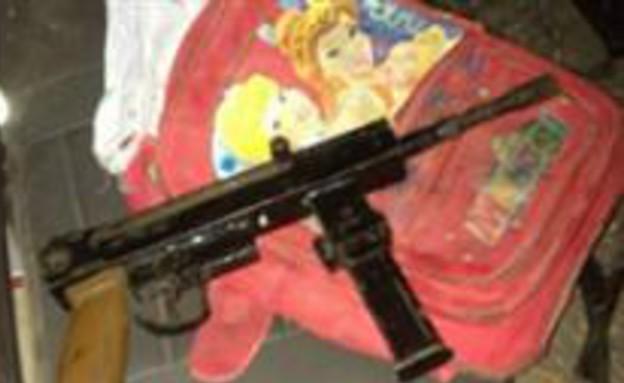 """רובה בתוך תיק ילדים (צילום: דובר צה""""ל)"""