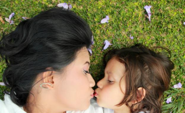 אמא וילד שוכבים על הדשא (צילום: אימג'בנק / Thinkstock)