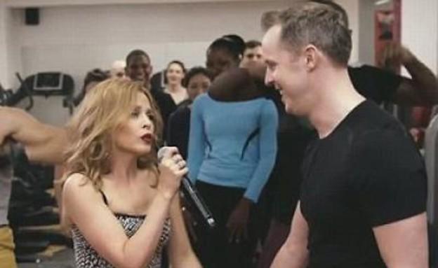 קיילי מינוג מפתיעה מעריץ בחדר כושר (וידאו WMV: צילום מסך ,יוטיוב)
