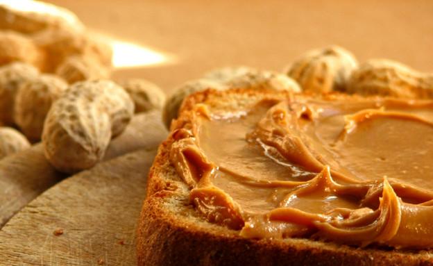 חמאת בוטנים על פרוסת לחם (צילום: istockphoto ,istockphoto)