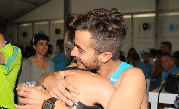 אנה ארונוב ואיתי תורג'מן מתחבקים (צילום: ראובן שניידר  ,mako)