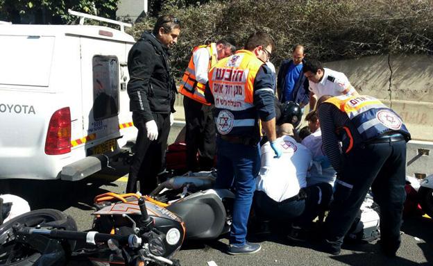 """זירת התאונה בנתיבי איילון (צילום: דוברות מד""""א)"""