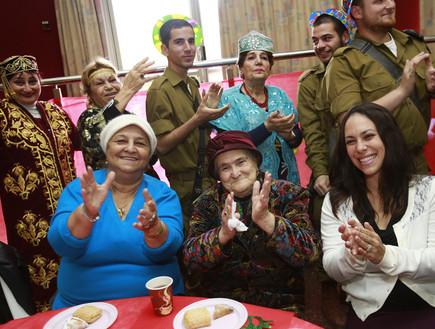 חיילי כפיר חוגגים פורים עם קשישים בירושלים