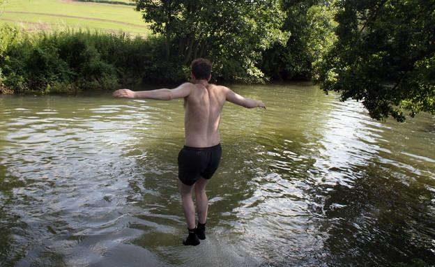 קופץ לנהר (צילום: אימג'בנק/GettyImages)