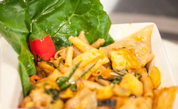 לוקוס ואיטריות אורז של עידו קרוננברג (צילום: דניאל בר און ,mako)