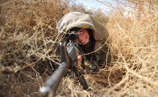 """לוחמת איסוף קרבי בעמדת הסוואה (צילום: דובר צה""""ל)"""