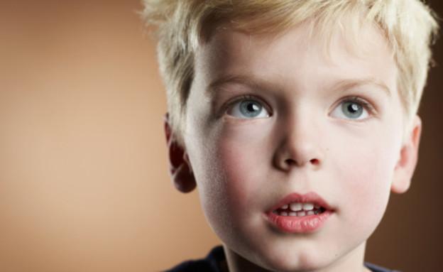 ילד מסתכל למעלה (צילום: אימג'בנק / Thinkstock)