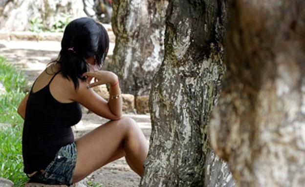 נערה בפארק ציבורי (צילום: רויטרס)