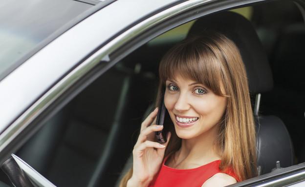 אישה מדברת בטלפון ומחזיקה אייפד ברכב (צילום: אימג'בנק / Thinkstock)