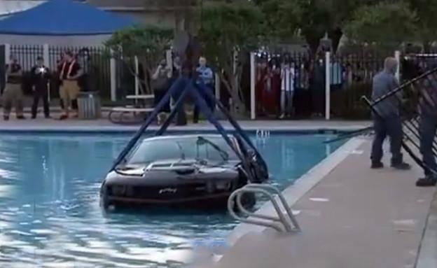 שברולט קמארו בבריכה