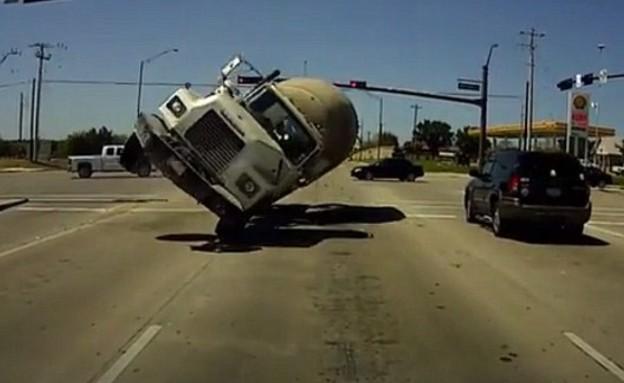 משאית בטון מתהפכת (צילום: יוטיוב )