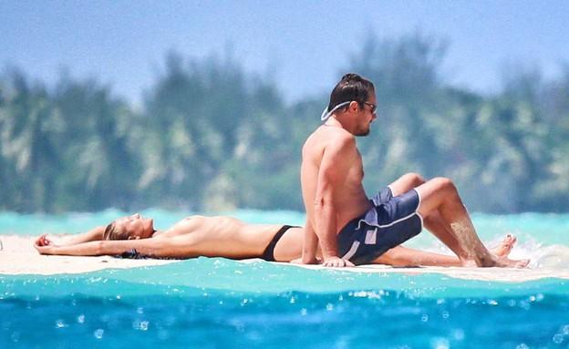 ליאונרדו דיקפריו והחברה טופלס (צילום: splash news)
