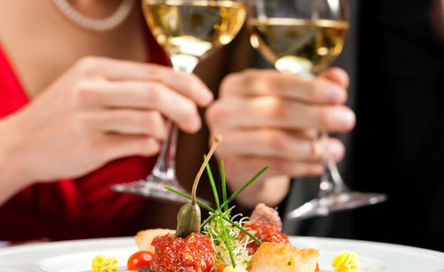 משיקים כוסות יין במסעדה (צילום: istockphoto ,istockphoto)